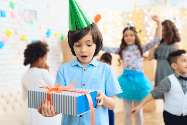 Małe dzieci na obchodach urodzin.