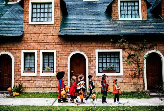 Małe dzieci trick lub leczenia podczas halloween