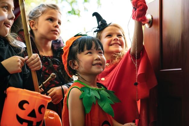 Małe dzieci trick lub leczenia w halloween