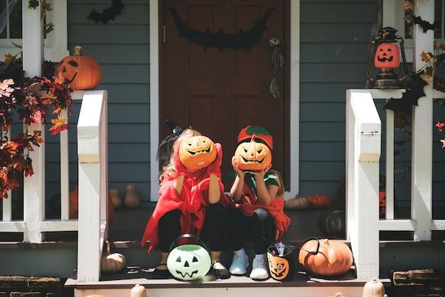 Małe dzieci w kostiumach na halloween
