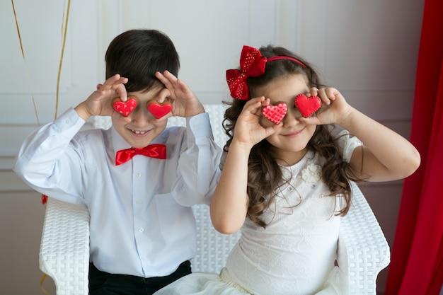 Małe dzieci w miłości, z sercem w oczach