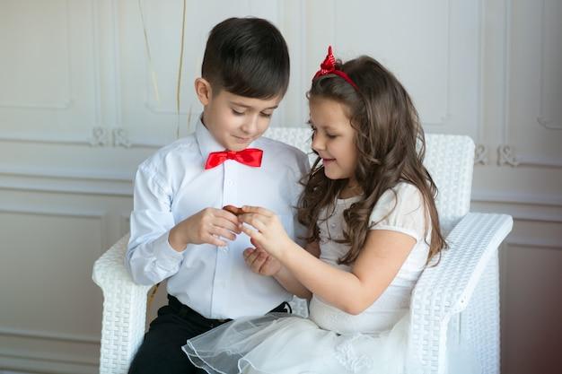Małe dzieci z eleganckimi ubraniami
