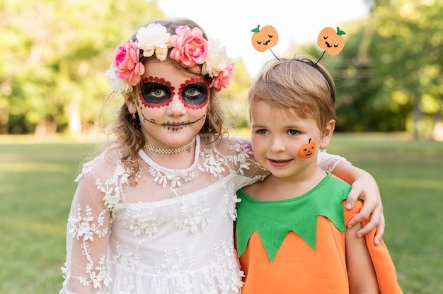 Małe dzieci z kostiumami