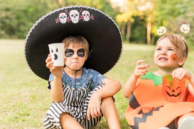 Małe dzieci z kostiumem na halloween