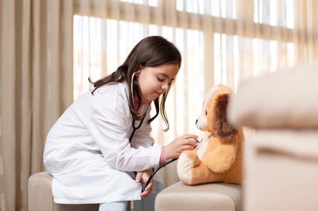 Małe dziecko bawiące się w domu u lekarzy