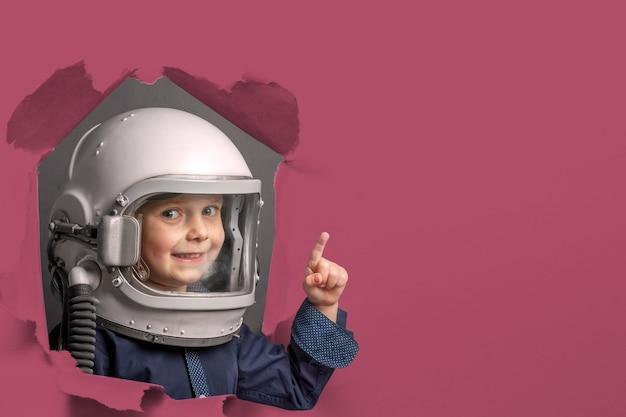 Małe dziecko chce latać samolotem w hełmie samolotu