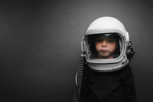 Małe dziecko chce latać samolotem w hełmie