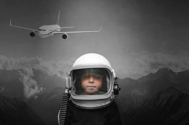 Małe dziecko chce latać samolotem w kasku lotniczym