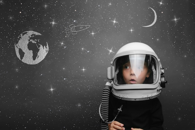 Małe dziecko chce latać w kosmosie w hełmie astronauty