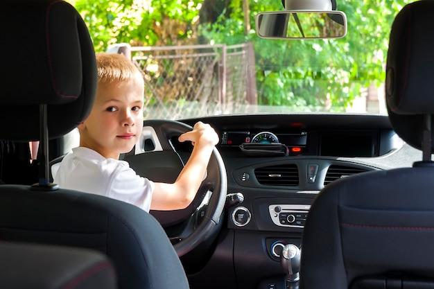 Małe dziecko chłopiec za kierownicą samochód