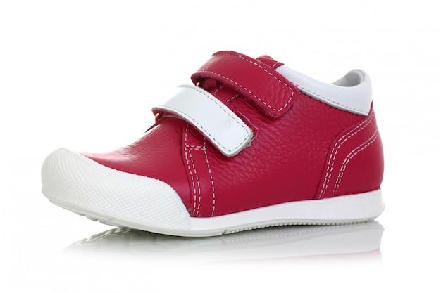 Małe dziecko czerwieni buty odizolowywający