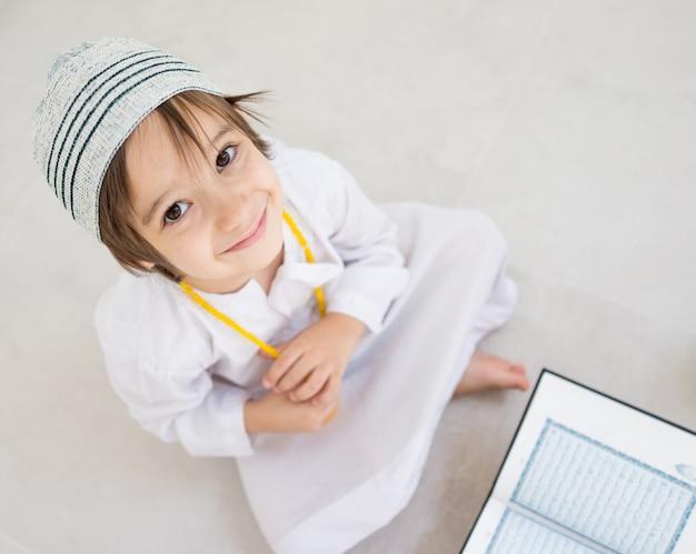 Małe dziecko czytające koran
