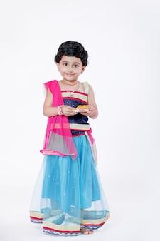 Małe dziecko dziewczynka indian z pana ganesha i modląc się, festiwal indian ganesh
