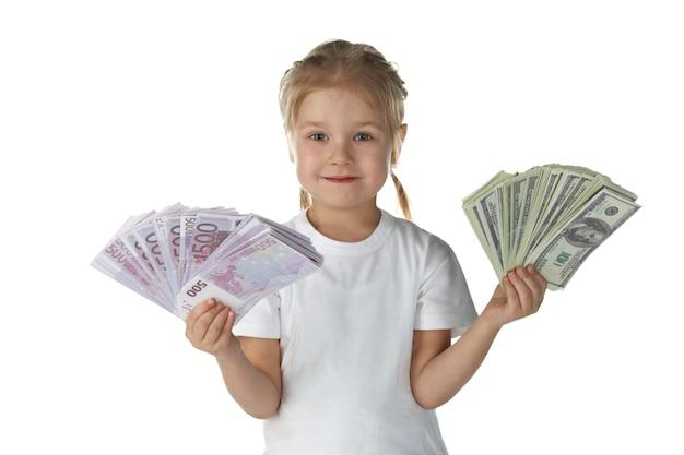 Małe dziecko dziewczynka z pieniędzmi na białym tle