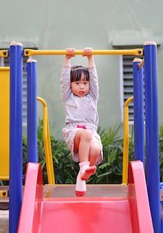Małe dziecko dziewczyny ćwiczenie plenerowy