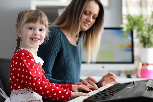 Małe dziecko gra na pianinie