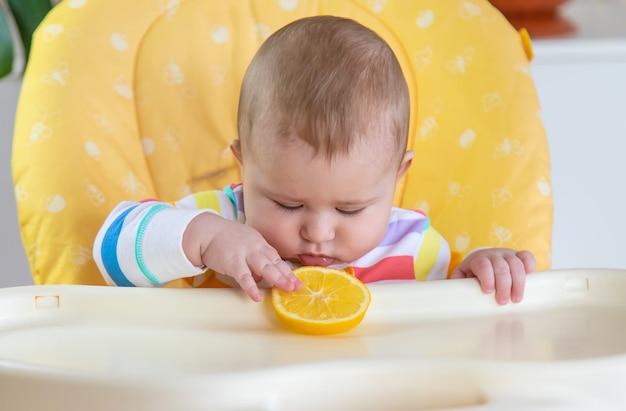 Małe dziecko je cytrynę. selektywna ostrość. ludzie.