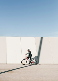 Małe dziecko jedzie na rowerze na zewnątrz z miejsca na kopię