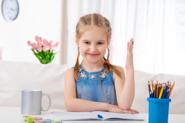 Małe dziecko jest gotowe w klasie