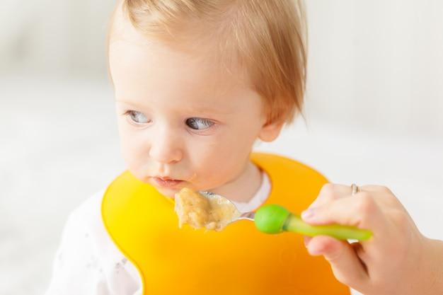 Małe dziecko karmienia łyżką