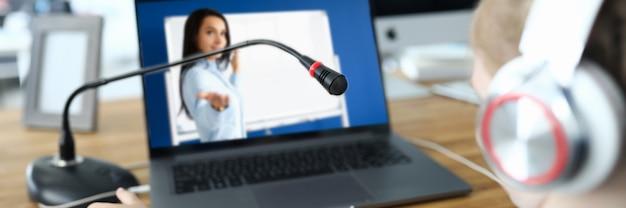 Małe dziecko komunikuje się online z nauczycielem. koncepcja nauczania w domu.