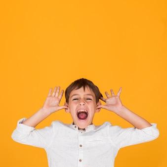 Małe dziecko krzyczy z kopii przestrzenią