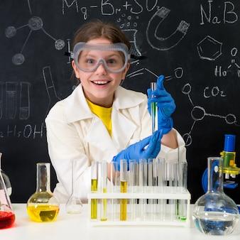 Małe dziecko na lekcji chemii w laboratorium