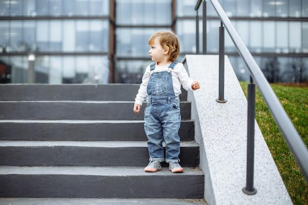 Małe dziecko na spacerze po mieście