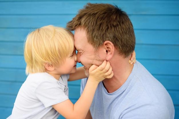 Małe dziecko obejmuje swojego ojca.