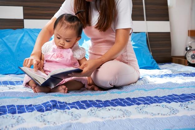 Małe dziecko odkrywania książki