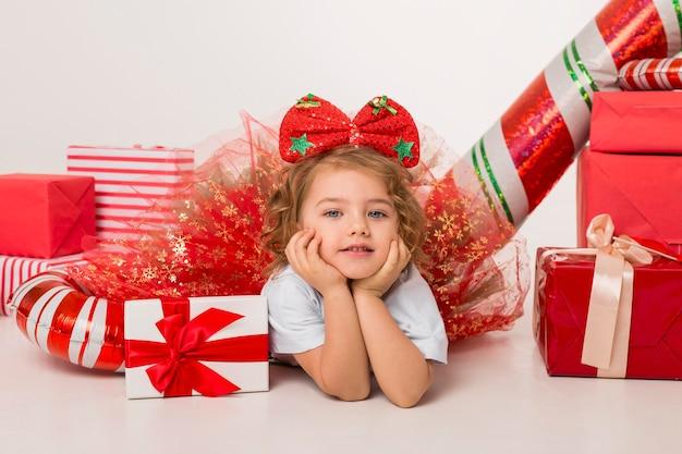 Małe dziecko otoczone świątecznymi elementami
