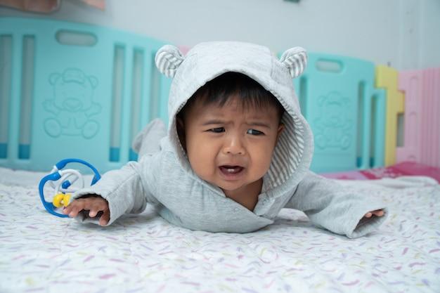 Małe dziecko pełznie i płacze