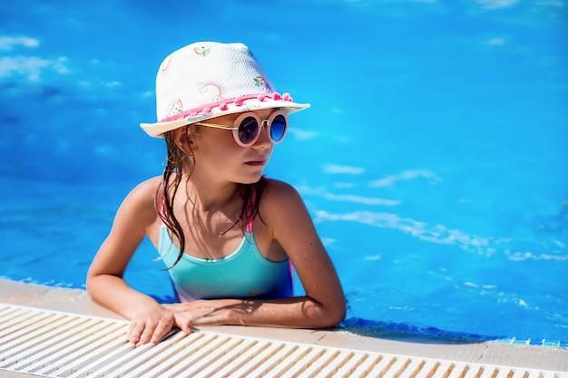 Małe dziecko pływanie w basenie