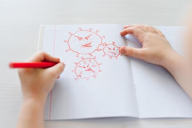Małe dziecko rysujące koronawirusa