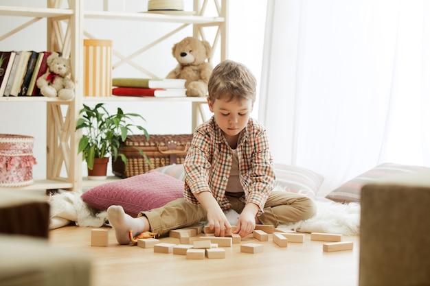 Małe dziecko siedzące na podłodze