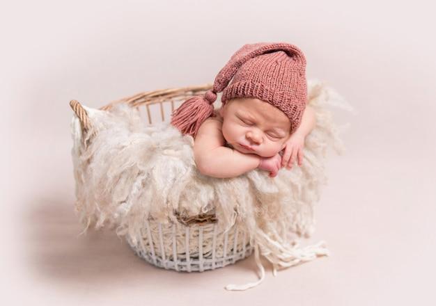 Małe dziecko słodko śpi