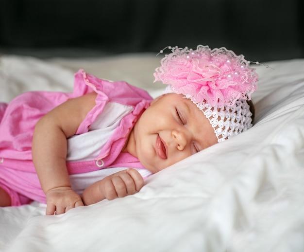 Małe dziecko śpi.