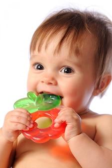 Małe dziecko trzyma gryzak, baby gryzie ząbkowanie zabawkę