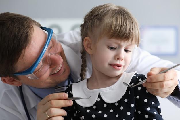 Małe dziecko u dentysty