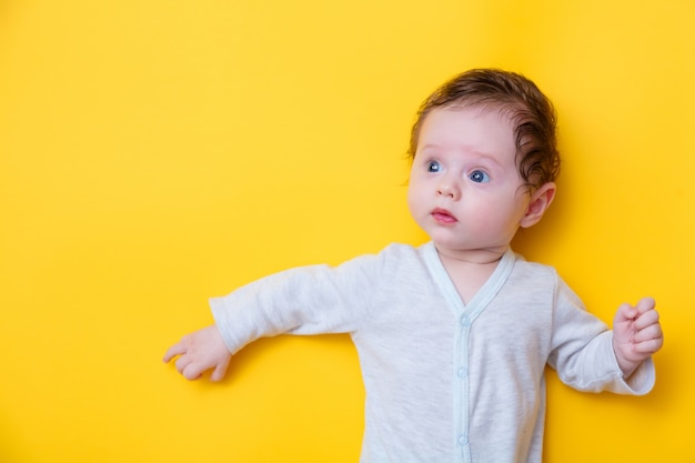 Małe dziecko w białych ubraniach
