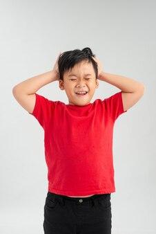 Małe dziecko w czerwonej koszulce krzyczy