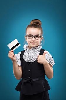 Małe dziecko z kartą kredytową ubrany jak nauczyciel