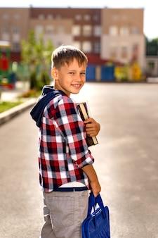 Małe dziecko z tornistrem podczas błysku idzie do szkoły