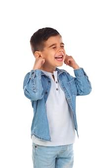 Małe dziecko zakrywające uszy