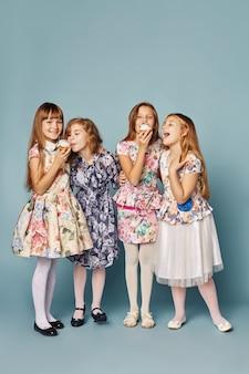 Małe dziewczynki bawią się i bawią, świętują swoje urodziny