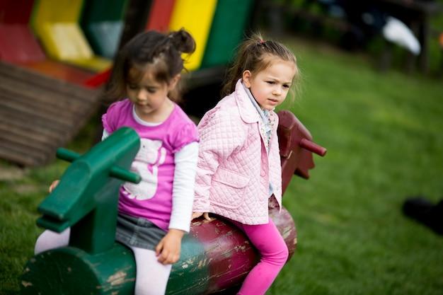 Małe Dziewczynki Na Placu Zabaw Premium Zdjęcia