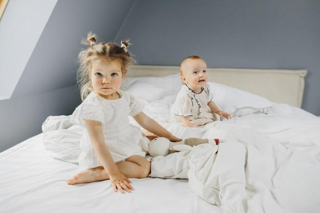 Małe dziewczynki są razem szczęśliwe