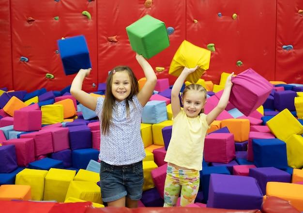 Małe dziewczynki siedzą w pokoju zabaw