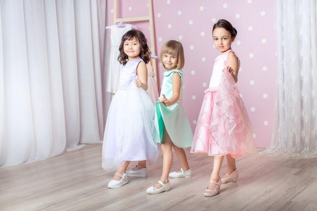 Małe dziewczynki ubrane w księżniczkę