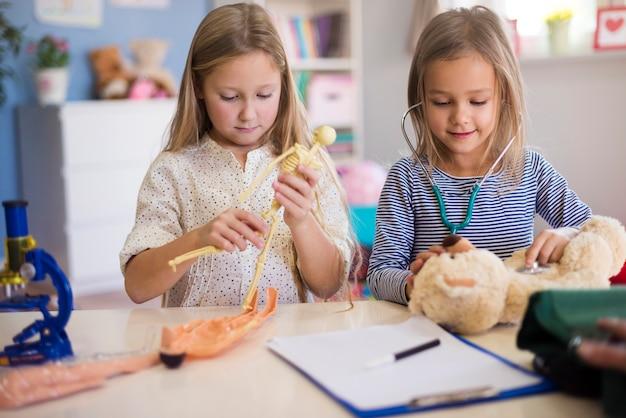 Małe dziewczynki udające profesjonalnego lekarza